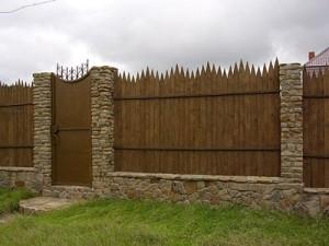 Забор с элементами камня и дерева