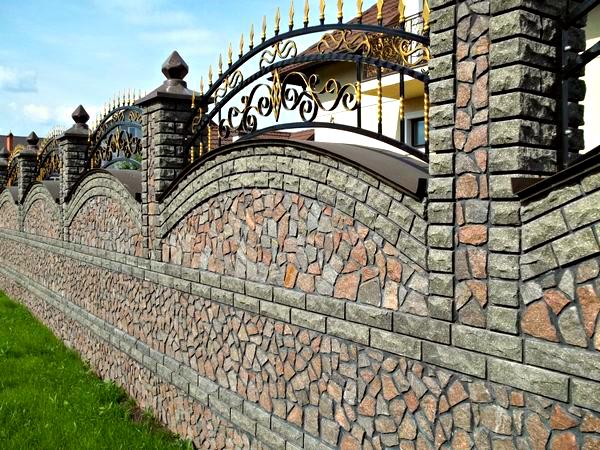 Забор из камня с элементами ковки